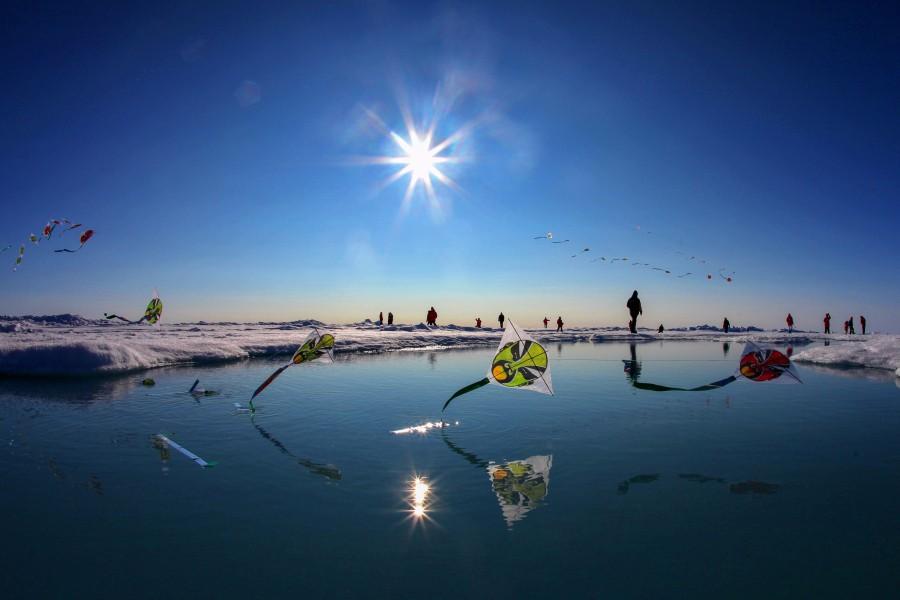 周笔畅摄影作品 2015年7月 在北极点放风筝.jpg