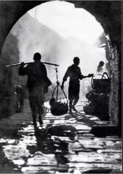 吴印咸早期代表作《晓市》,1923 年拍摄于家乡江苏沭阳的承辉门下。他对江南故土的那份眷念和情思全部浓缩在这幅作品中。.jpg