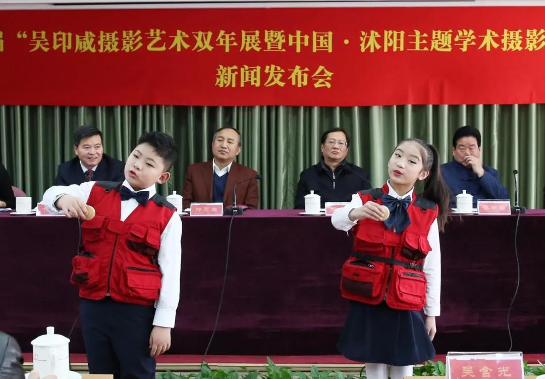 """沭阳县东兴小学印咸摄影小组的小小摄影爱好者在现场表演""""摄影三字经"""",赢得阵阵掌声。摄影:徐申.jpg"""