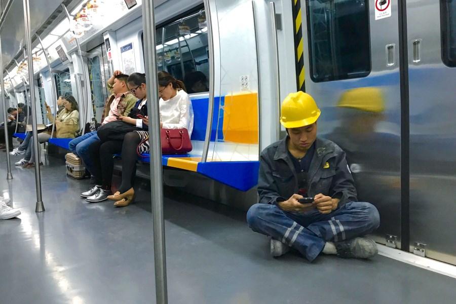 31、地铁里的城市建设者 杨琦摄.jpg