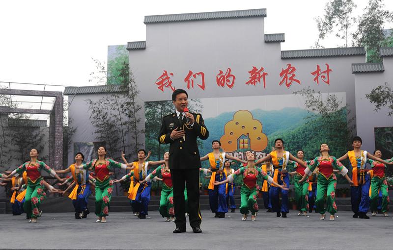 2010年,中央电视台军事频道在霍山慰问演出。_副本.jpg