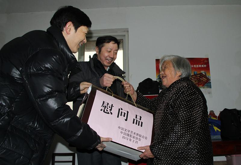 2013年,中国文联,中国摄影家协会在霍山慰问八路军老战士王改芝。_副本.jpg