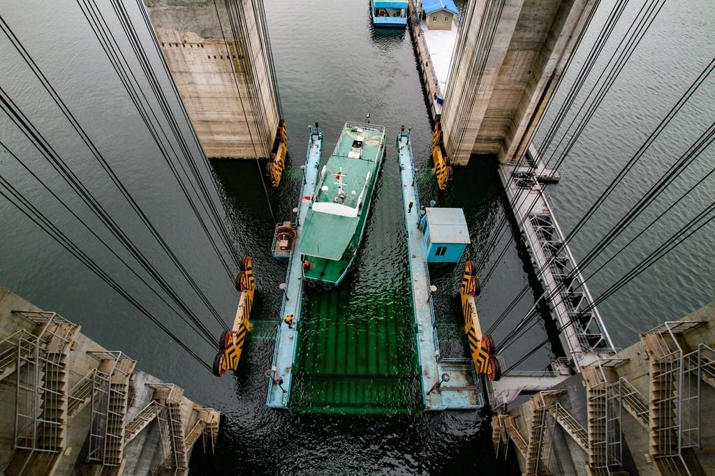 胡文波   3月9日,水文112轮根据防汛需要,由大坝上游调度到下游黄家港水文站的过坝记录。.jpg