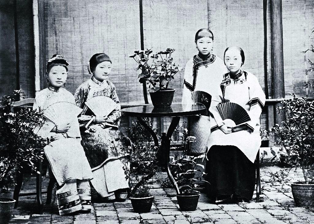 2闺秀时期的张仁会(左二,张之洞的幺女)和七兄张仁乐的夫人合影。拍照年代不详。刘碧瑞供图。(原载《老照片》第93辑).jpg