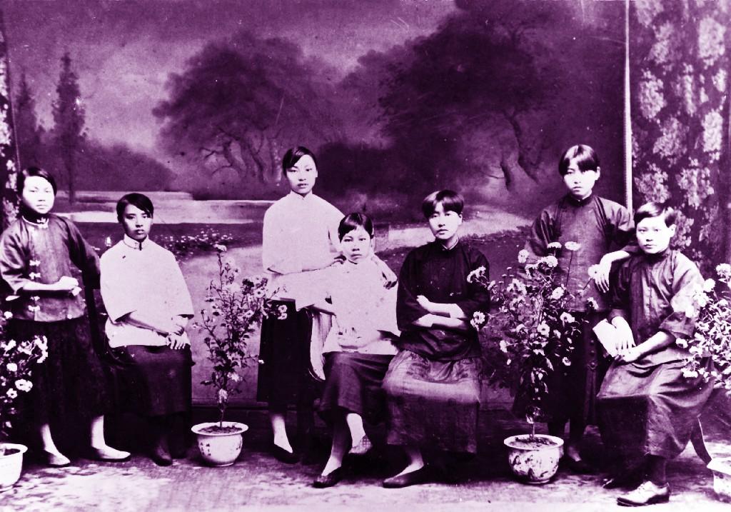 4.1921年8月,重庆女二师部分女学生剪发后合影留念。自左至右:张鸿书、喻孝权、喻德权、晚熟昆、钟复光、刘遵义、肖莹。(原载《老照片》第5辑).jpg