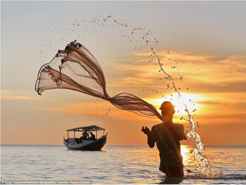 《换个视角看今天》(Another perspective of the day),参赛者Dody Kusuma。拍摄内容为比拉海岸的渔民。