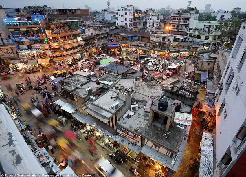 《新德里的主集市》(Main Bazaar in New Delhi),参赛者Edward Graham。利用长时间曝光表现集市夜景。