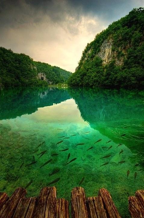 03 四川九寨沟 四川九寨沟中国最美湖泊。湖水的颜色来源于湖边风景的倒影,还有湖底的藻类和钙化的岩石。秋季是游览九寨沟的最佳时间,此时,湖面颜色纷繁绚丽,堪与画家色彩丰富的调色板相媲美。门票(含景区内交通):4月1号11月15号,310元人;其余时间,160元人。成都是九寨沟周边最近的城市,从那里到达景区约需要1小时(飞机)或11小时。