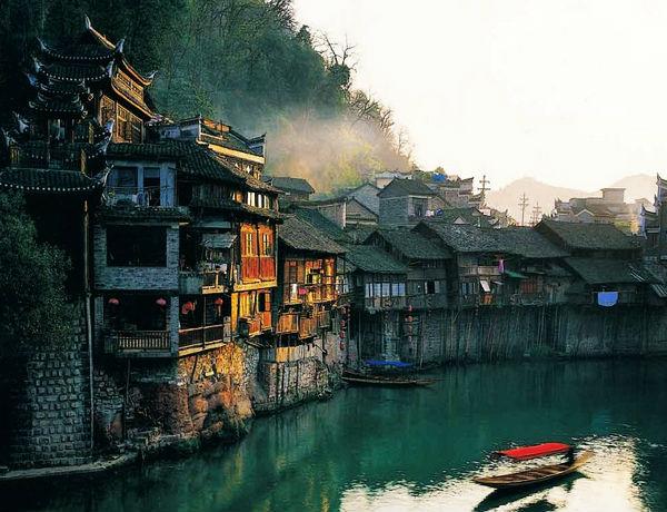 05.湖南凤凰 湖南凤凰尽情享受原生态自然。凤凰吊脚楼式的房屋是中国文艺爱好者的理想居所。古城还有着丰富的苗族和土家族文化,每年都有成群结队的背包客慕名而至。也有许多人是前来拜访中国作家沈从文的故里。他的小说《边城》,让大家首次认识了这个具有1300年历史的小镇。门票:148元人。凤凰古城位于长沙西侧430km处。每天有四趟班车从长沙汽车西站直达凤凰汽车站,车票130元。行程约4小时。
