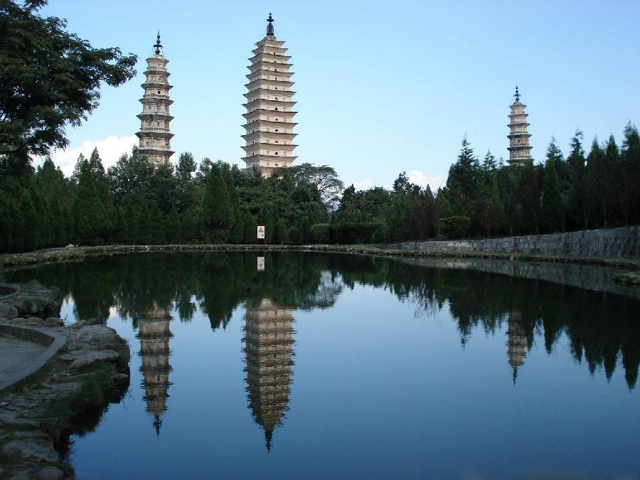 """08. 湖云南省大理崇圣寺三塔 云南省大理崇圣寺三塔,主塔是在9世纪中叶首次建立的,当时是为了缓解周期性的水患。塔高69米,共有16层,在唐朝算得上是""""摩天大厦""""了,即使现在它也是中国最高的宝塔。塔的每一层都饰有栩栩如生的佛像。另两座塔高42米,建立时间比主塔晚约100多年。门票:121元人。崇圣寺三塔就在大理市中心北侧。昆明到大理有直达的飞机和火车,时间分别为30min和8小时。"""