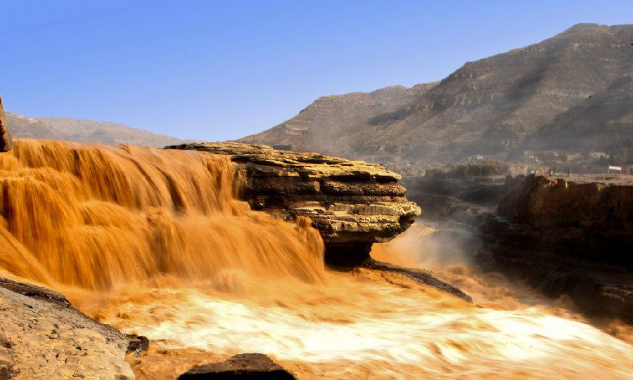 04.山西壶口瀑布 山西壶口瀑布中国最为壮观的瀑布。壶口瀑布是黄河上最大的瀑布,也是中国第二大瀑布。它以其在50元人民币上的优雅形象在中国享有盛誉。瀑布高20米,宽30米,位于山西省和陕西省的交界处。最佳游览时间为510月的汛期。此时,水量增大,流速激增,有时瀑布甚至拓宽至50米,尤为壮观。门票:90元人。壶口瀑布周围最近的是运城机场,距离景区约82km.