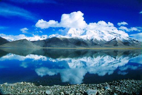 15. 新疆喀拉库勒湖 新疆喀拉库勒湖,湖泊位于海拔3600米之上的帕米尔高原,波平如镜的湖面,倒影着环湖群山的丽影,如诗如画。最佳旅游时间是510月。喀什葛尔和喀拉库勒之间没有公共交通。不过喀什葛尔有大量的旅行社会组织游客过去,全程大约需要4个小时。