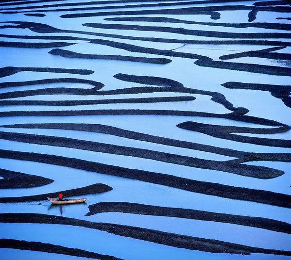 13. 福建霞浦 福建霞浦水墨画般美丽的景致绝非偶然。不错,就这样一个看似普通的滩涂却深得中国摄影家的青睐。虽然只是中国东南沿海的一个小地方,霞浦却拥有全国最大的滩涂—面积40万平方千米,还有延伸400多千米的海岸线。狭长斑驳的滩涂上,三三两两的散布着竹房,竹篙,浮筒和渔具等器物。这些人工制品与此地美丽的自然景观交相辉映。门票:免费。霞浦滩涂周边最近的交通枢纽是福州市,距离景区约117km.