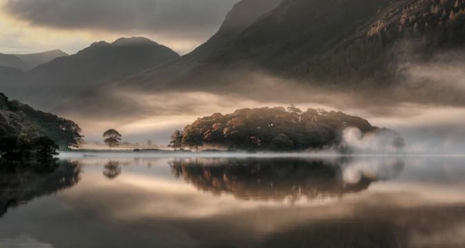 上图就是今年的冠军,得奖者是 Tony Bennett,作品名为「Mist and Reflections」,拍摄于英格兰 Crummock Water,他将会获得共 10,000英镑的奖金,也会连同其他出色作品,在十二月起于伦敦展出。这个奖项在去年曾出现一个风波,就是冠军作品被揭发使用不当修图,于是被剥夺名衔及奖金,希望今年一切顺利吧。以下是各个项目的冠军作品,同样出色。